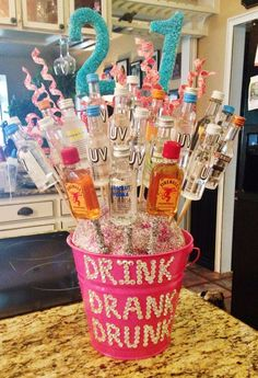 DIY Gift Ideas: 29 Handmade Gifts 20 ideas to make a great gift for . - DIY Gift Ideas: 29 Handmade Gifts 20 ideas to choose a great gift for your best friend de regalos para el mejor amigo Alcohol Bouquet, Liquor Bouquet, Candy Bouquet, Shot Bouquet, 21st Bday Ideas, 18th Birthday Present Ideas, 21 Birthday Presents, Diy 18th Birthday Gifts, 21st Birthday Ideas For Girls Turning 21