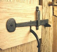Barn Latch, do you remember the unique lock Richard put on the barn in So Chas house? No one could figure it out Barn Door Latch, Barn Door Locks, Sliding Barn Door Hardware, Door Latches, Gate Latch, Serra Circular, Blacksmith Projects, Forging Metal, Iron Work
