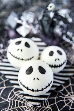 The Nightmare Before Christmas fans will love this DIY Jack Skellington Bath Bomb! A white, round bath bomb painted with black cosmetic mica powder to create the classic Jack Skellington face. Easy to make and wrap up to give as handmade gifts! Mason Jar Crafts, Mason Jar Diy, Black Bath Bomb, Bath Bomb Ingredients, Galaxy Bath Bombs, Diy Hanging Shelves, Bath Bomb Recipes, Mason Jar Lighting, Painted Mason Jars