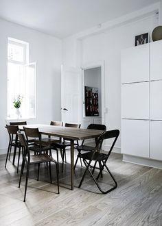 Una casa muy sobria en blanco y negro. Comedor