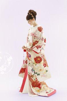和装で結婚式をお考えならTUTUにお任せください。TUTUの色打掛は、気品高く優しい色合いのものから色鮮やかなものまで、豊富に取り揃えております。古くて新しい和装は誰にとっても思い出に残る結婚式を演出します。