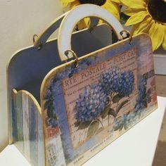 Ahşap gazetelik Kiosk, Kids Corner, Painting On Wood, Clutch Bag, Stencils, Diy And Crafts, Mixed Media, Handmade Gifts, Scrapbook