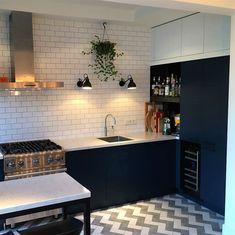 Mooie donker blauwe keuken met marmeren werkblad. De keuken beschikt over een fornuis, wijnkoelkast en 3-in-1 quooker. De nissen van blauwstaal, de vloer en de achterwand zijn door de klant zelf geplaatst en zorgen voor het perfecte plaatje. . . #sense #keukens #sensekeukens #prikkeltuwzintuigen #marmer #blauw #quooker