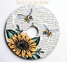 Sunflower + Bumble bees painted on a vinyl record Art Cd, Cd Wall Art, Record Wall Art, Small Canvas Art, Diy Canvas Art, Art Hippie, Cd Crafts, Sunflower Art, Art Decor