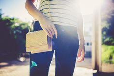 Toda em couro, com aplique de cravinhos dourados e alça de corrente, essa bolsa promete ser um coringa para produções mais elaboradas!