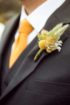 Craspedia y Boutonniere para el novio Traje Negro #901686 http://es.weddbook.com/media/901686/boutonnieres-for-the-boys
