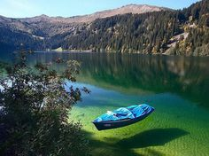 Styria en Autriche, le Grüner See (Lac Vert en allemand) tire son nom de la couleur vert émeraude de son eau pure et limpide. chaque année au printemps, la fonte des glaciers du massif du Hochschwab,métamorphose le paysage : si l'hiver le Grüner See est un parc apprécié des randonneurs, les beaux jours le transforment en un spot de plongée insolite qui offre une expérience hors du commun où les poissons nagent au milieu des bancs en bois et des sentiers pédestres.