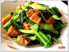 パッカナー・ムー・クロープ・ラート・カーオ カイラン菜とカリカリ豚肉の炒め物。