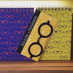 Blocos e marcadores de livros com tema óculos de grandes escritores e pensadores.
