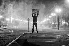 """Em 60 imagens, a exposição 'Curitiba Protesta' faz um recorte visual dos principais momentos dos atos que lotaram as ruas da capital. Ocupando o Memorial de Curitiba, entre 15 de agosto e 3 de novembro, com entrada catraca livre, a mostra surgiu entre os fotógrafos durante os manifestos e propõe uma visão jornalística e informativa...<br /><a class=""""more-link""""…"""