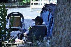 팔자좋은노숙자..음악을 들으며 사색에 빠져잇다..우에노공원