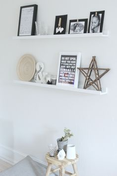 I would love some shelves in my living room. Living Room Modern, My Living Room, Home And Living, Wall Shelf Arrangement, Room Inspiration, Interior Inspiration, Interior Design Living Room, Scandinavian Interior, Interior Styling
