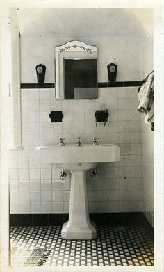 English: A typical 1930s bathroom with art dec...