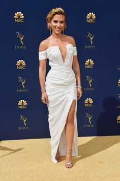Scarlett Johansson Supports Boyfriend Colin Jost at Emmys Photo Colin Jost brings his girlfriend, actress Scarlett Johansson, as his date to his big night at the 2018 Emmy Awards! The couple walked the red carpet together… Emmys Best Dressed, Balmain Dress, Black Widow Scarlett, Klum, Red Carpet Looks, Red Carpet Dresses, Red Carpet Fashion, The Dress, Kendall
