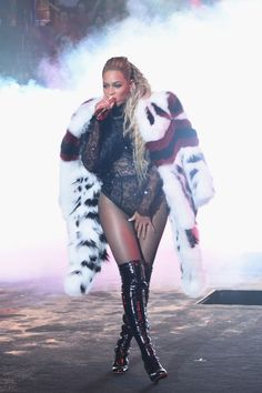 BEYONCE 2016 VMA'S Warming up: She was later cloaked in a white, red and black fur coat. Beyonce 2013, Beyonce And Jay Z, Rihanna, Dont Hurt Yourself Beyonce, Black Fur Coat, Beyonce Style, Mtv Video Music Award, Music Awards, Mtv Videos