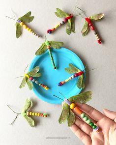 Kommt mit an den Libellenteich! Bastelarbeit für im Kindergarten, Ahornflügel, Pfeiffenputzer, Holzperlen: DIY, tutorial, dragonfly, from schaeresteipapier