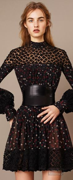 Alexander McQueen Pre-Fall 2015 Fashion Show Collection: See the complete Alexander McQueen Pre-Fall 2015 collection. Look 15 Style Haute Couture, Couture Mode, Couture Fashion, High Fashion, Fashion Show, Fashion Looks, Fashion Outfits, Fashion Design, Dress Fashion