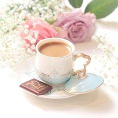 Coffee and flowers Sunday Coffee, Coffee Is Life, Coffee Set, I Love Coffee, Morning Coffee, Coffee Cups, Tea Cups, Coffee Drinks, Cocoa Tea