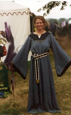 This is a typical tunic dress of middle class Norman/English style in the late 11thand early 12th C. -------------------------------------(the sleeves remind me of that in the Tacuinum Sanitatis, even though this is 12th and the Tacuinum is 14th. So this might be a good reference for making sleeves for a dress based on the Tacuinum)