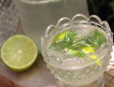 Für den Hugo alkoholfrei Cocktail die Limette halbieren und den Saft herauspressen. In einem Glas die frisch gepflückten und gewaschenen