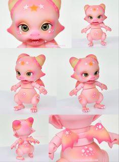 ::. 𝐂𝐮𝐬𝐭𝗼𝗺 𝐟𝐚𝐜𝐞-𝐮𝐩 & 𝐁𝐥𝐮𝐬𝐡𝐢𝐧𝐠 .:: Aileendoll Tiny Dragon pink skin www.nomyens.com #bjd #abjd #balljointdoll #dollofstargram #instadoll #dollstargram #toy #paint #painting #painted #repaint #handmade #nomyens #nomyensfaceup #aileendoll #aileendolldragon Tiny Dragon, Star G, Ball Jointed Dolls, Bjd, Tinkerbell, Disney Characters, Fictional Characters, Cosmetics, Fantasy
