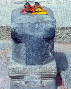 Talakad Vaideyswara Temple: red and ochre flecked feet of stone.