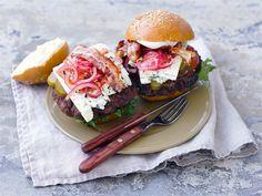 Kunnon jauhelihapihvit, marinoitu sipuli ja herkullinen Valio AURA® juusto täyttävät hampurilaissämpylän takuuvarman herkullisesti!