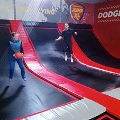 Daag je vrienden uit en speel een partijtje #dodgeball in onze jump arena  #instajump #game #trampoline #trampolines #trampolinepark #jumpxlhaarlemmermeer #haarlemmermeer #jumpxl