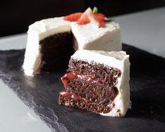 """Receta vegana: tarta de cerveza negra y cacao, con crema de """"queso"""" y mermelada de fresa"""