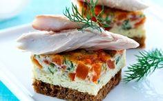 Røget makrel med frittata er opskrift på en dansk frokost klassiker med et italiensk pift. Røget makrel sammen med den krydrede æggekage er perfekt på en rugbrød.