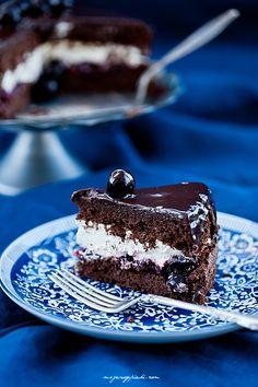 Mini - chocolate cake with cherries Chocolate Cherry Cake, Second Breakfast, Cherries, Pastries, Sweets, Plates, Recipes, Chocolate Cakes