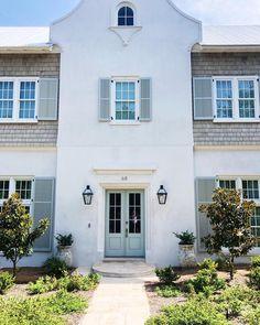 I really like this brilliant photo White Stucco House, White Siding, Stucco Exterior, Stucco Homes, Exterior Shutters, Green Shutters, House Shutters, Stucco Colors, Exterior Paint Colors
