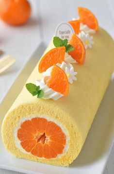 Fruit cream cake is a cake made of low-gluten flour, butter, fruit and other materials. The fruit cream cake is nutritious and delicious. It is an essential staple food for people to have a birthday. Loved by young people and children. Cute Desserts, Beautiful Desserts, Delicious Desserts, Yummy Food, Cake Roll Recipes, Dessert Recipes, Decoration Patisserie, Cake Mix Cookies, Cake Pops