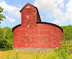 Oddest Shape Barn I Ever Saw.great old barn! Farm Barn, Old Farm, Cabana, Country Barns, Country Life, Country Living, Country Roads, Barn Pictures, Barns Sheds