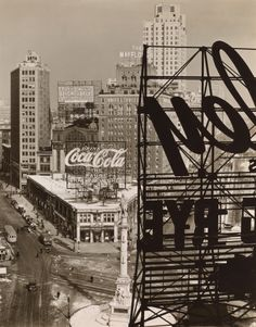 Columbus Circle, Manhattan, 1938 : by Berenice Abbott, an American photographer best known for her black and white photography of New York City architecture and urban design of the Berenice Abbott, Man Ray, Lee Friedlander, Louis Daguerre, Old Photos, Vintage Photos, Vintage Art, Vintage Coke, Fred Herzog
