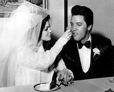 Elvis Presley being fed a mouthful of wedding cake by his bride Priscilla Beaulieu at the Aladdin Hotel, Las Vegas. (Photo by Keystone/Getty Images) (Getty Images) Elvis Y Priscilla, Priscilla Presley Wedding, Celebrity Wedding Photos, Celebrity Weddings, Cool Vintage, Vintage Photos, Vintage Glam, Vintage Beauty, Elvis Wedding