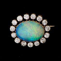 RINTAKORU  Opaali, vanhahiotut timantit, 18K kultaa.  Ovaali opaali n. 29 x 14 mm. Timantit I-J / SI3 yhteensä n. 2,70 ct. Paino n. 10,5 g.