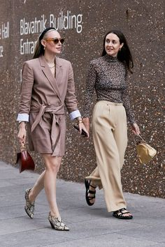 See the best street style and lastest fashion trends spotted at London Fashion Week Spring/Summer Top Street Style, Asian Street Style, Japanese Street Fashion, Spring Street Style, Cool Street Fashion, Street Style Women, Street Chic, Street Wear, Japan Fashion