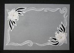 Convite em papel vegetal, com desenhos em relevo, vazados e perfurados, flores em 3D com detalhes em pérolas. Envelope na cor de sua preferência. Impressão inclusa. Pedido mínimo: 20 unidades. R$ 14,00