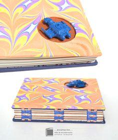 ✈ cuadernos espaciales  ✈   Costura expuesta con cinta – Cubierta de telas marmoladas de Fibras para el Alma – Calado + Nave espacial de platico – 108 hojas (100 ahuesadas de 80grs + 8 metalizadas )  –  tamaño 16 x 17cm