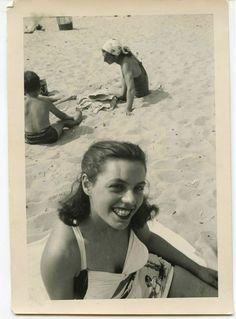 A day at the beach. Antique Photos, Vintage Pictures, Vintage Photographs, Old Photos, Vintage Glamour, Vintage Girls, Vintage Outfits, Vintage Ideas, Vintage Fashion