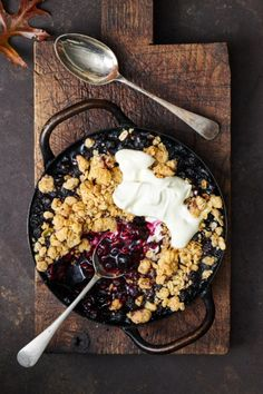 Crunchy nut butter gives this crisp a unique 'American diner' flavour. Diner Recipes, Diner Ideas, Delicious Desserts, Dessert Recipes, Afternoon Tea Recipes, Blueberry Crisp, American Diner, Blueberry Recipes, Tea Sandwiches