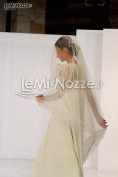 http://www.lemienozze.it/operatori-matrimonio/vestiti_da_sposa/atelier-sposa-verona/media/foto/1  Abito da sposa a sacco con velo molto lungo