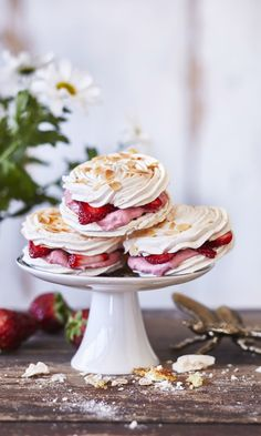 Sweet Desserts, Sweet Recipes, Gourmet Recipes, Dessert Recipes, Gourmet Foods, Meringue Cake, Meringue Food, Just Eat It, Valentines Food