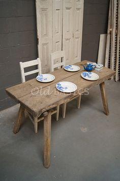 Stoere oude houten tafel, deze brocante slagerstafel. Leuk als kleine eettafel maar ook als stoere sidetable! Te koop bij www.old-basics.nl Uitgebreide webwinkel en loods voor unieke oude brocante meubelen!