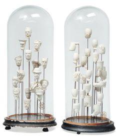 Deux compositions formées de fourreaux à pipes en plâtre, sous leurs globes. H_50 cm - Pierre Bergé & associés - 28/03/2011