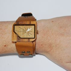 De Wood Pellicano om een damespols. Square Watch, Om, Watches, Accessories, Fashion, Moda, Wristwatches, Clocks, Fasion