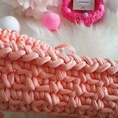 Photos and Videos Crochet Art, Crochet Stitches, Free Crochet, Easy Knitting Patterns, Crochet Patterns, Crochet Toilet Roll Cover, Crochet T Shirts, Crochet Videos, Knitting For Beginners