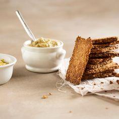 Tiesitkö, että näkkileipää on helppo tehdä itse? Hiutaleet ja siemenet tuovat taikinaan vaihtelua ja mukavasti suussa rapsahtavaa rapeutta. Säilytä näkkileivät tiiviissä purkissa, niin ne eivät pehmene. Tarjoile niiden kanssa munakoisotahnaa ja hummusta. Krispie Treats, Rice Krispies, Cereal, Breakfast, Desserts, Food, Morning Coffee, Tailgate Desserts, Deserts