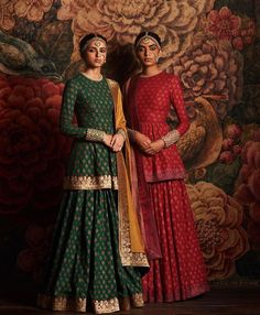 Indian fashion has changed with each passing era. The Indian fashion industry is rising by leaps and bounds, and every month one witnesses some new trend o Indian Fashion Dresses, Dress Indian Style, Asian Fashion, India Fashion, Fashion Men, London Fashion, Fashion Clothes, Style Fashion, High Fashion